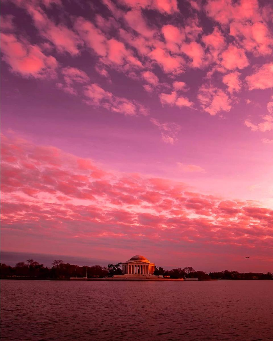 Forget the cherry blossoms, this entire sky is pink! (Image via pearlrough)