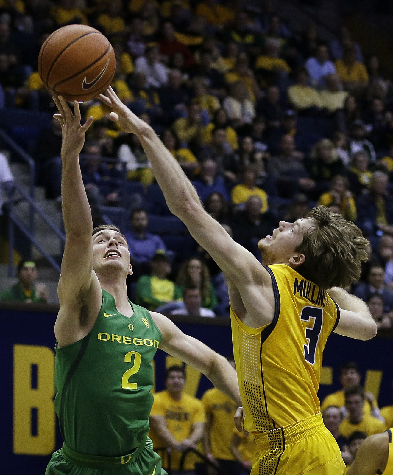 Oregon's Casey Benson, left, lays up a shot against California's Grant Mullins (3) in the first half of an NCAA college basketball game, Wednesday, Feb. 22, 2017, in Berkeley, Calif. (AP Photo/Ben Margot)