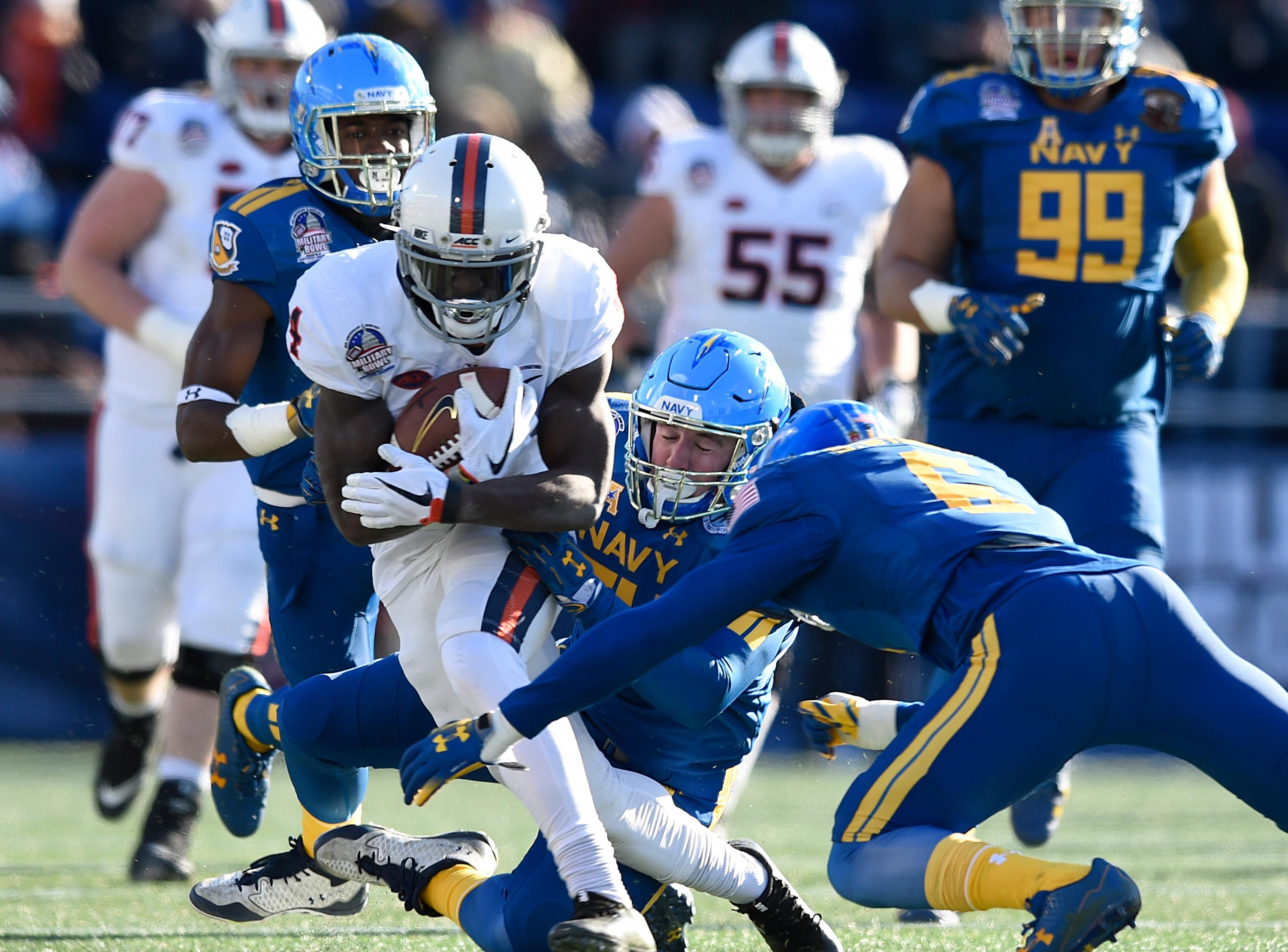 Virginia's Olamide Zaccheaus runs the ball against Navy in the first half of the Military Bowl NCAA college football game, Thursday, Dec. 28, 2017, in Annapolis, Md. (AP Photo/Gail Burton)