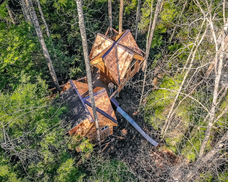 Canopy Crew builds tree houses all around North America. Some have glass ceilings and walls, others have hot tubs and slides. When it comes to gamping, Canopy Crew delivers. / Image: Allen Meyer, courtesy of Canopy Crew // Published: 7.18.18