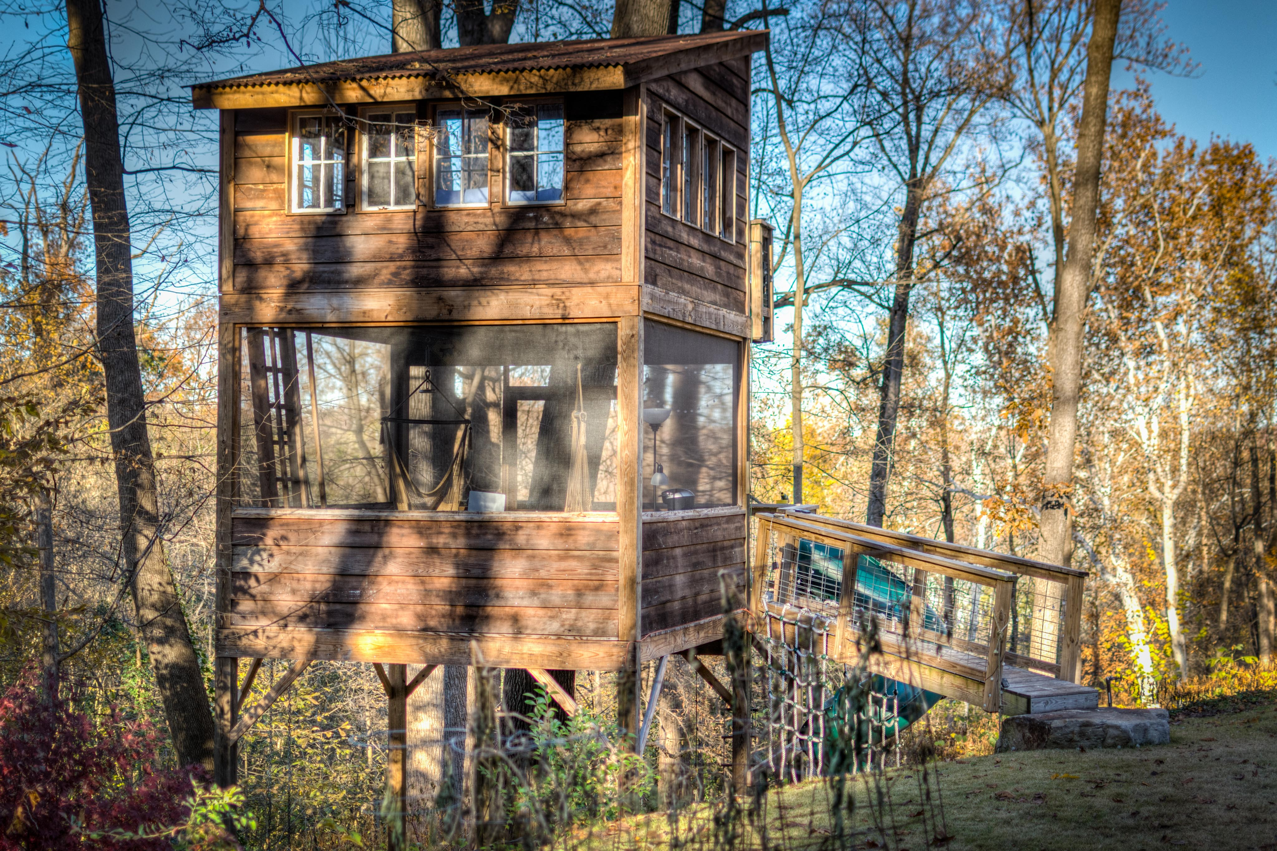 This cozy tree house rental is located right on Buttermilk Trail in Richmond, Virginia, and can accommodate up to four guests. { }(Image: Courtesy Glamping Hub)