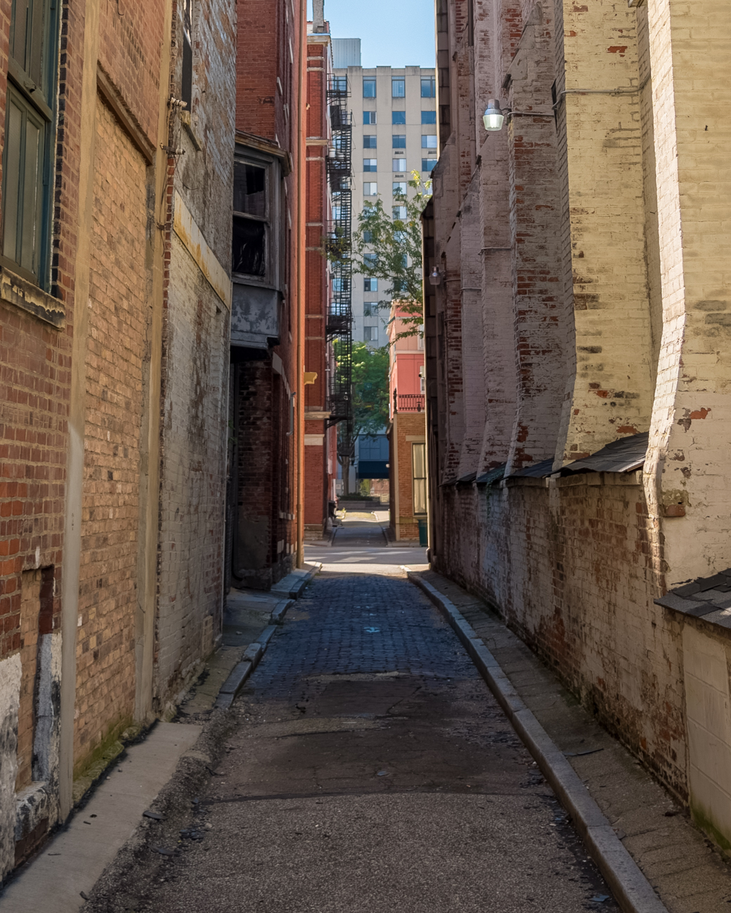 NAME: Ira Alley / CONNECTS: Garfield Place to Central Parkway / NEIGHBORHOOD: Downtown / Image: Phil Armstrong, Cincinnati Refined