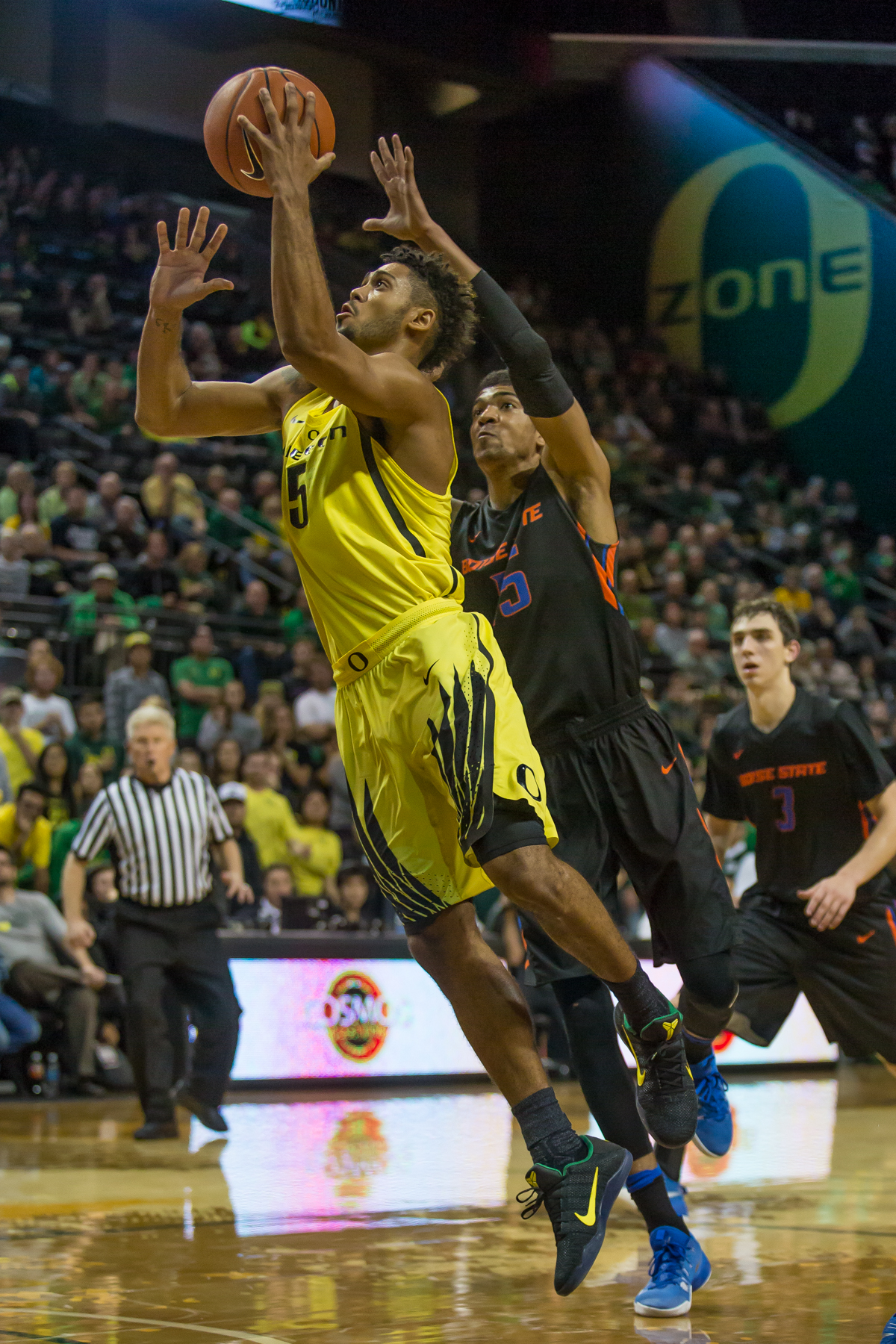 Oregon guard Tyler Dorsey (#5) gets past Boise State guard Chandler Hutchinson (#15) and lays the ball up. After trailing for most of the game, the Oregon Ducks