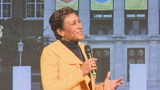 Robin Roberts inspires crowd for UR's alumni weekend