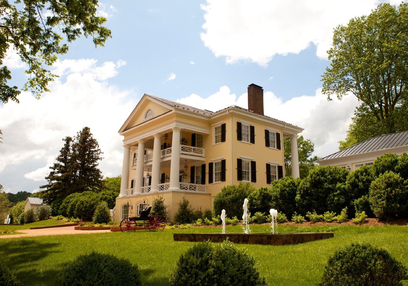 "The first thing that came into view as we drove up to the Inn at Willow Grove was the historic 18th-century, columned plantation house that's on the National Historic Registry. Inside it's hard to miss the art at every turn. Owner Charlene Scibal, who had run an art gallery describes the inn as ""a unique blend of chic and elegant--urban meets plantations style."" (Image: Courtesy Inn at Willow Grove)"