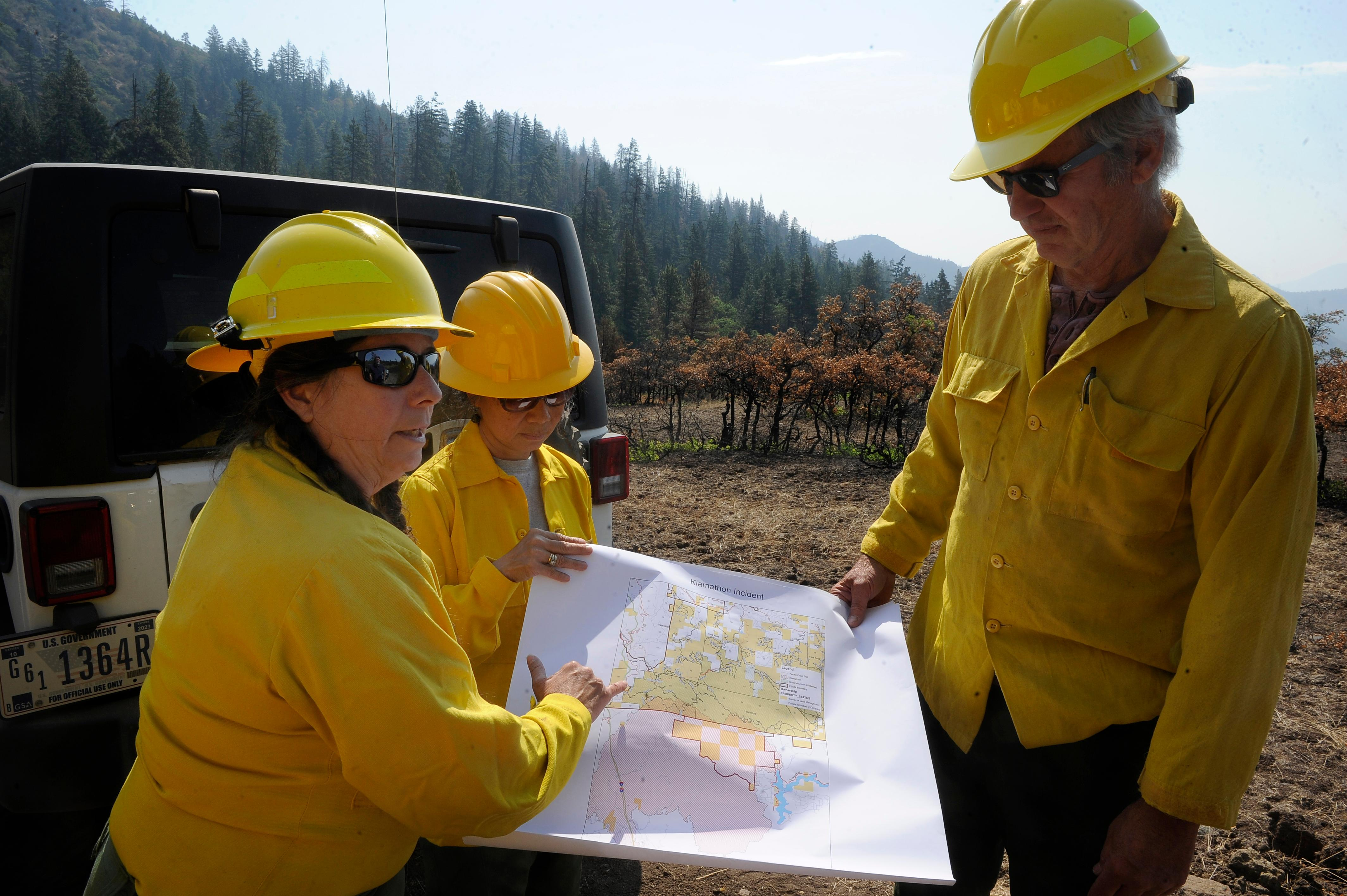 Andy Atkinson / Mail Tribune<br>Kristi Mastrofini, left, shows on a map where the Klamathon fire crossed the border south of Pilot Rock where dozers were used for fire lines.